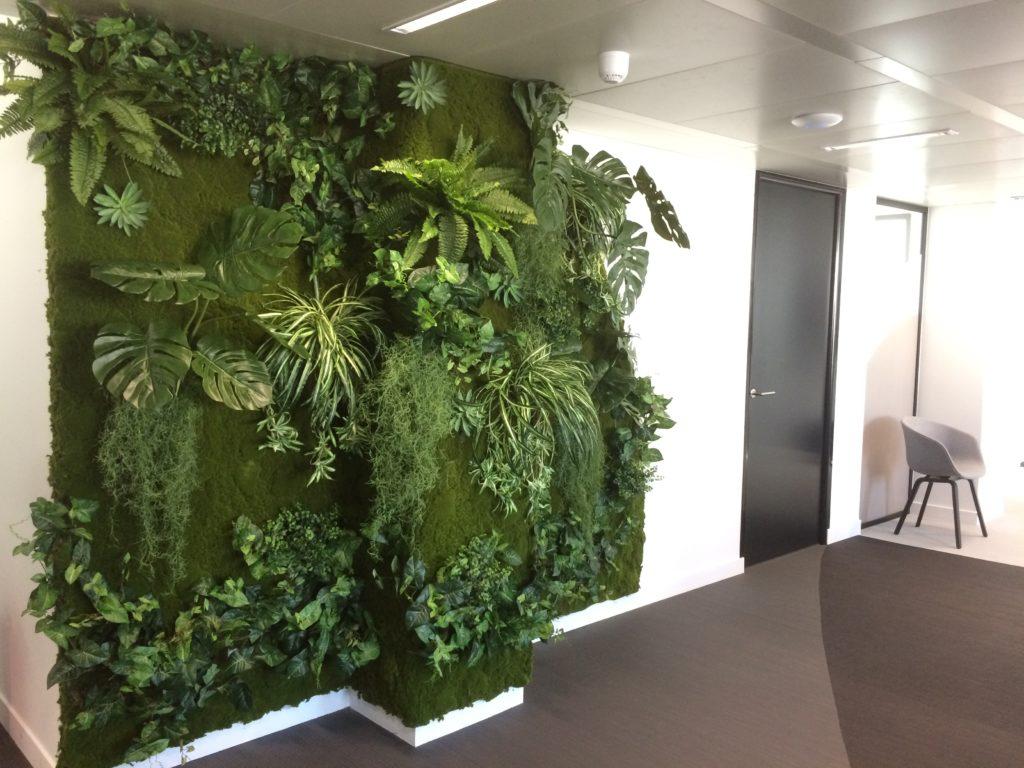 Grand mur végétal artificiel en bureau d'entreprise à Paris