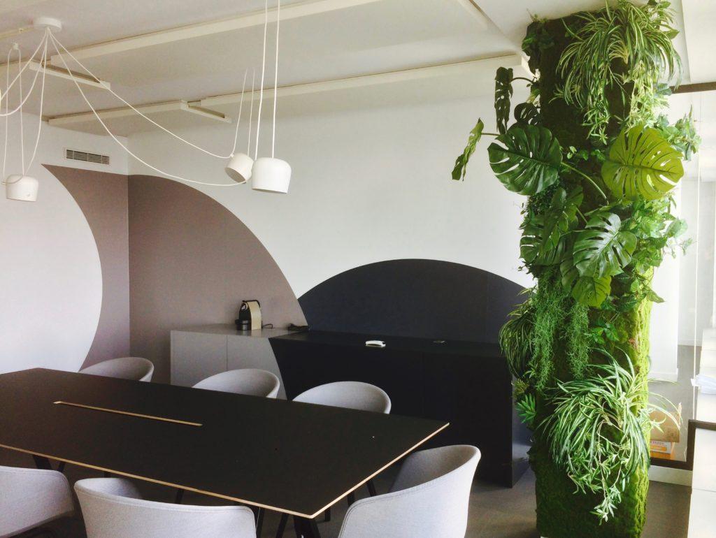 Mur végétal sur pilier dans une entreprise