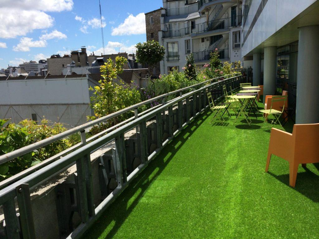Terrasse en gazon synthétique en entreprise