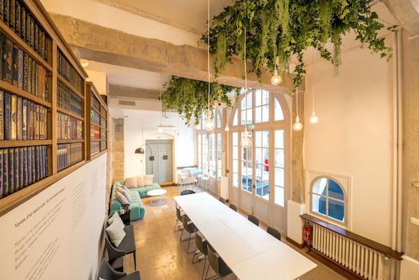Bureau d'entreprise avec un plafond végétal artificiel