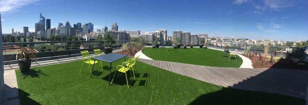 Grande terrasse bois et gazon synthétique en entreprise à Paris