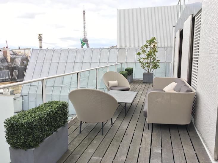 Salon avec des plantes sur terrasse bois