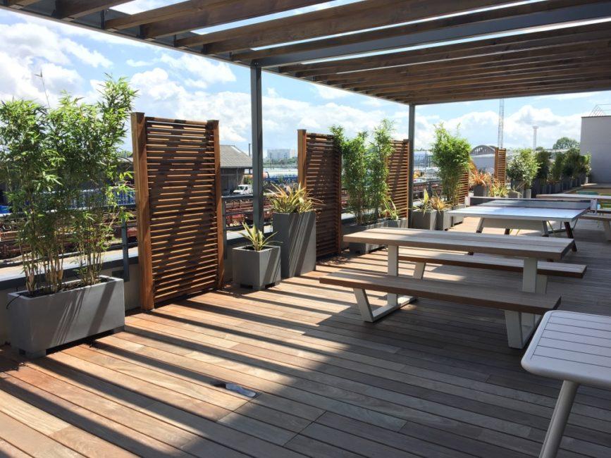 Terrasse bois avec des bacs rectangles gris