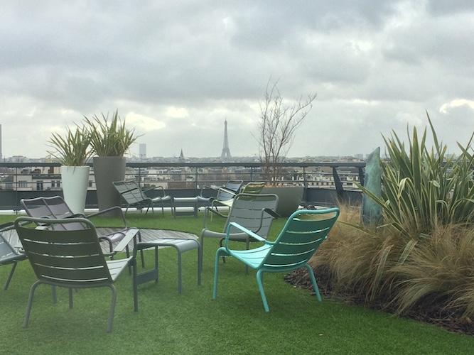 Terrasse bois et gazon synthétique à Paris