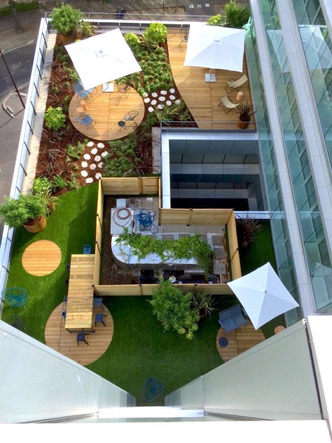 Terrasse bois et gazon synthétique en entreprise