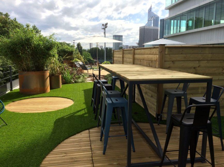 Terrasse en gazon synthétique et en bois en entreprise
